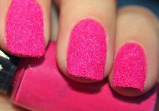 Ярко-розовый бархатный маникюр